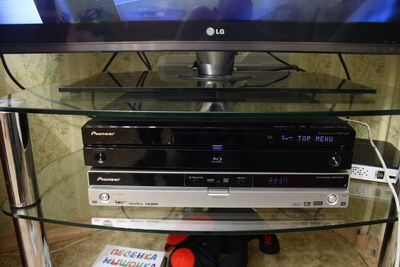 Сверху блюрей плеер Pioneer BDP-320, внизу DVD-рекордер Pioneer DVR-545