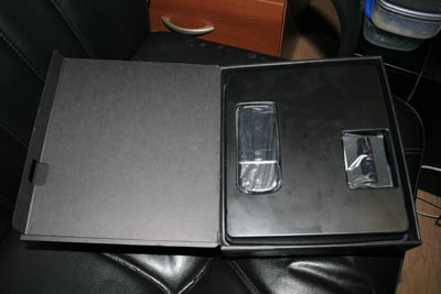 Внутри коробки. Телефон и BT-гарнитура