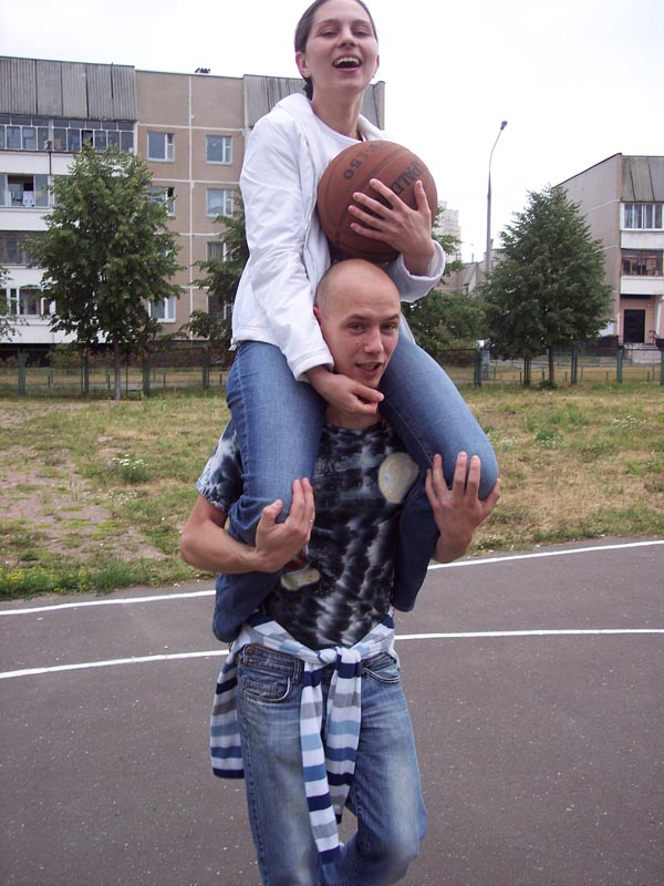 На шее у мужа)))