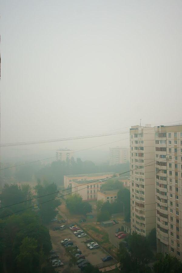 Фотал часов в семь вечера. Там где ещё недавно вдалеке красовались башни Москва-Сити, сейчас сплошной кисель. Сейчас всё намного хуже - вот этот дом справа уже еле виден