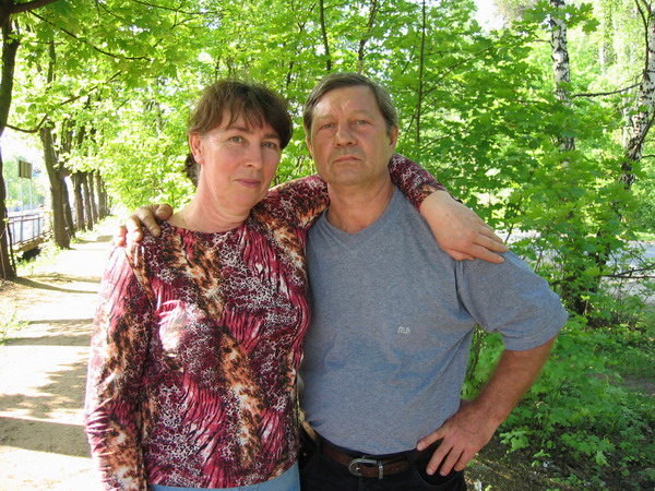 Мама с папой в ожидании электрички на Москву