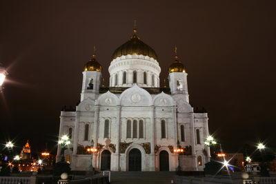 Храм Христа Спасителя со стороны мостика через Москву-реку.