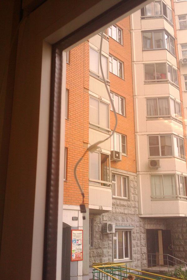 Датчик за окном болтается