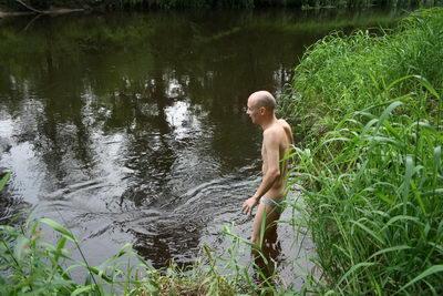 Эт пытаюсь в воду залезть, но холодно, стрёмно