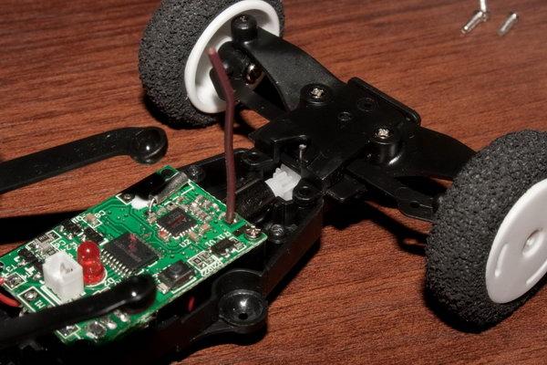 Антенна видна (коричневый проводок) и передний рулевой моторчик