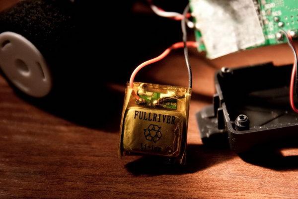 Литий-ионный аккумулятор, маркировка на корпусе выдаёт номиналы - 3.7V 70mAh 0.3Wh