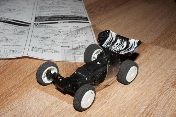 Упругая опорная рамка, если машинка перевернётся - она из-за этой пластиковой хрени сама встанет на все четыре колеса. Плюс дополнительная стабилизация в полёте.