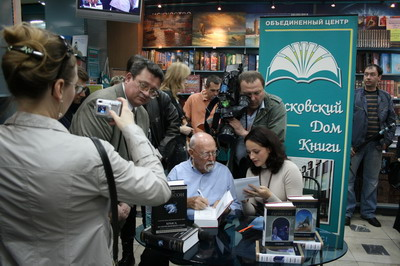 И они первыми получили автографы