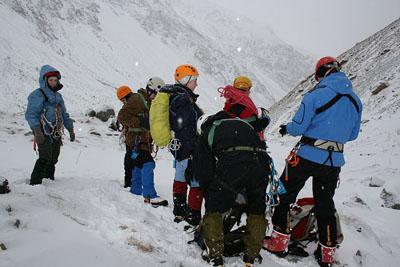 Группа во время ледовых занятий за день до восхождения на Гидан-Тау