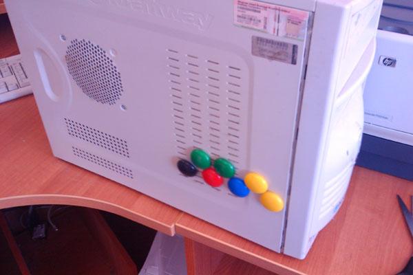 Системник а-ля холодильник. Магнитики точнёхонько сбоку от винта