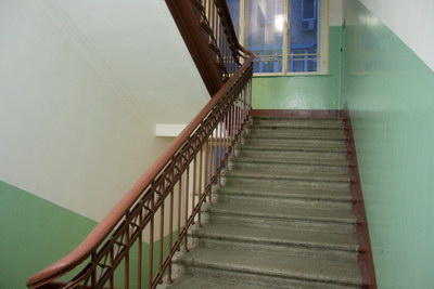 Вот на этой лестнице я как раз карты и кидал в окно.