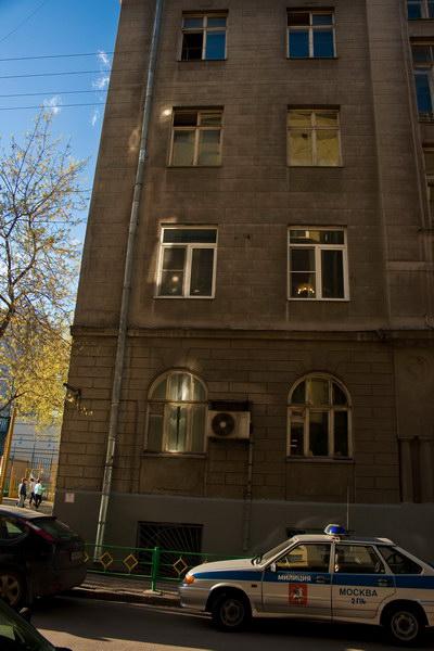 Второй этаж, два пластиковых окошка эт как раз наше и соседское. С этой стороны дома только у нас стоят пластиковые окна :-) типа местные буржуи. Кстати, окна прекрасно видны на Яндекс.Панорамы