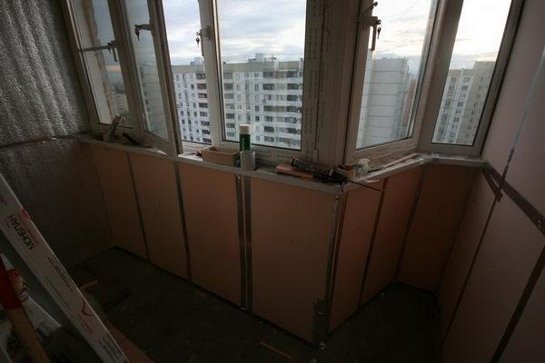 Сразу стал заметен результат - на балконе пропал гулкий звук. Когда говоришь - как будто в обычной жилой и непустой комнате. Сквозняки тоже пропали.