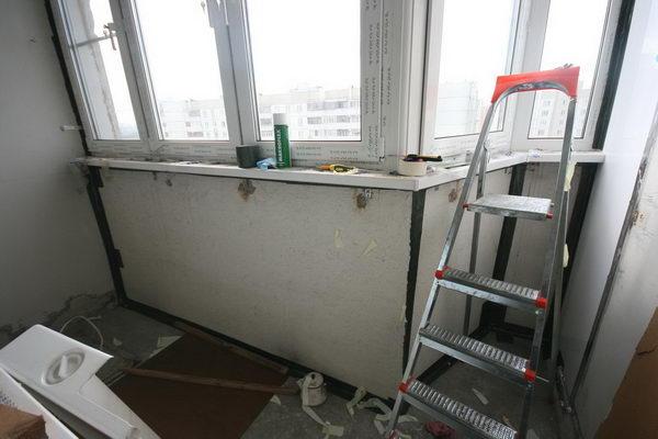 Все щели между бетонными плитами запенил и заклеил герленом - герметичной лентой.