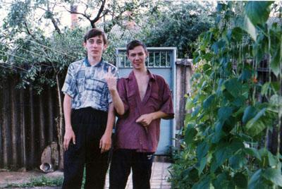 Год эдак 1996-й. Нам с Олегом (недавным юбиляром) по 16 лет. Фотография сделана у моего дома, тогда частный дом был. Город Щёкино, Тульская область.