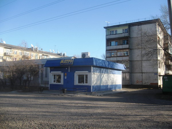 Вид на дом №64 с улицы 40 лет Октября. Виден магазин.