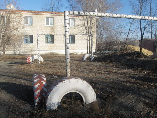 Это место сбоку двора. Сзади слева дом №64, спереде слева дом №68.