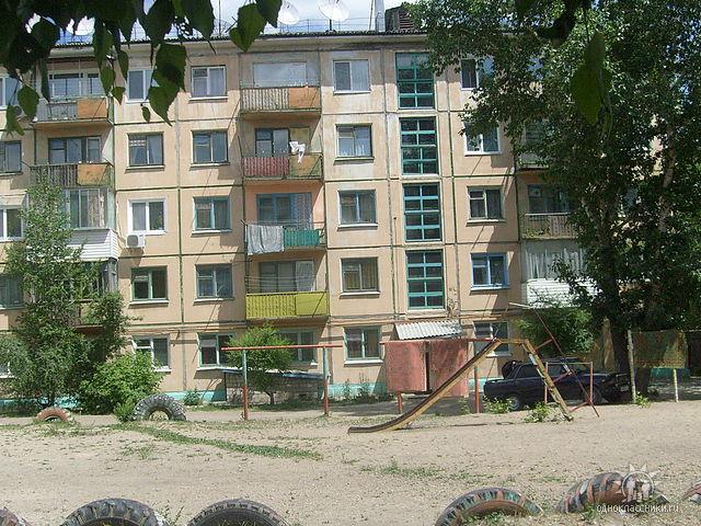 Вид с детской площадки на дом №68 ул. 40 лет Октября