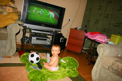 Вика смотрит футбол.