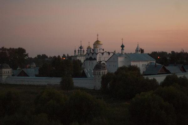 Вид на женский монастырь со смотровой площадки в Суздале