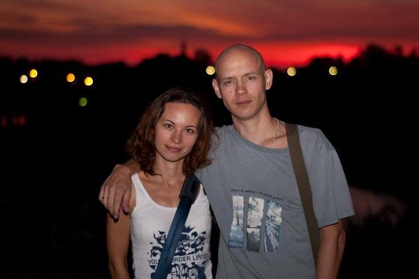 На фоне заката в Суздале, на смотровой площадке у мужского монастыря